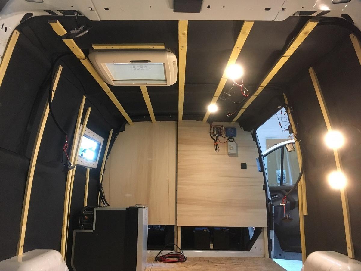 Van des Pyrénées aménagement intérieur de fourgon T5 Volkswagen camionnette van Hautes-Pyrénées Tournay Tarbes 65 toit relevable escamotable banquette lit