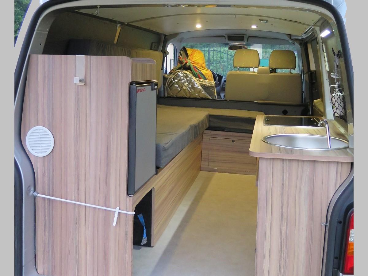 Van des Pyrénées aménagement intérieur de fourgon T5 Volkswagen camionnette van Hautes-Pyrénées Tournay Tarbes 65 toit relevable escamotable banquette lit vasp ctte